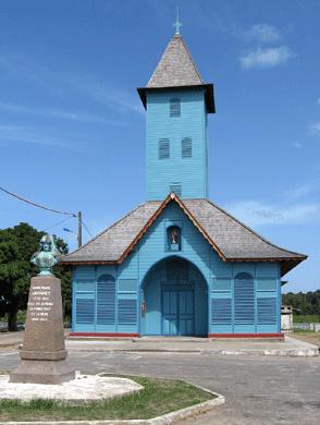 Eglise et stèle à Anne Marie Javouhey à Mana en  Guyane